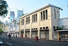 Gedung tua mati Tunjungan (Everyone Sinks Starco (using album)) Tags: surabaya jawatimur eastjava building gedung architecture arsitektur toko shop