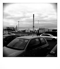 Parkdeck mit Schornsteinen (shortscale) Tags: auto parkdeck schornstein ulm wolken