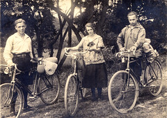 Day trippers 1930s (letterlust) Tags: letterlust bicyclehistory fiets bici bike bicycle bicicletta bicicleta fahrrad rad cycle rijwiel velo vélo velocipede vélocipède veloziped oldbicycle carbiet carbid karbid carbure 1930s thethirties dejarendertig diedreizigerjahre die30erjahre lesannéestrente interbellum tussendeeersteendetweedewereldoorlog zwischendemerstenweltkriegunddemzweitenweltkrieg betweenthefirstworldwarandthesecondworldwar entrelapremièreetlasecondeguerremondiale schillerkraag schillerkragen schillercollar collierschiller schillernyakörv carbied carbide węglik
