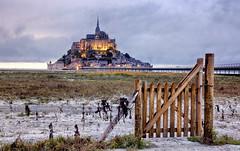 C'est par ici! (apophisnico) Tags: montsaintmichel sony sony1650 slta77 pay landscape merveille couesnon mer sea portail