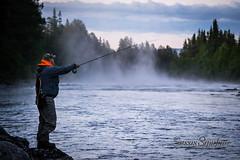 Ove-fiskar-i-dimman (SussiStridh) Tags: flyfishing jämtland härjedalen flugfiske sölvbackaströmmar