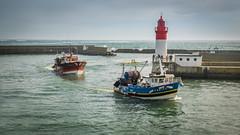 retour de pêche (clos du pontic) Tags: bateaux chalutier port mer pêche pêcheurs finistère guilvinec jetée eau