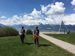 ma soeur et moi (bulbocode909) Tags: valais suisse nax montagnes nature printemps nuages gens bleu vert rouge paysages vald'hérens montnoble