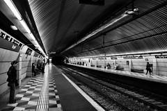 barcelona (víctor patiño george) Tags: barcelona metro barna catalunya cataluña vpg victorpatiñogeorge nikon d3200 nikond3200 tamron tamron18200 18200 blancoynegro blackandwhite europa europe subway subwaybarcelona tube metrourgell urgell espanya
