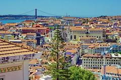 Lisbonne - 357 - Miradouro do Castelo de São Jorge, les toits de la Ville, Ponte 25 de Abril (paspog) Tags: lisbonne lisboa lisbon portugal toits roofs decken miradouro miradourodocastelodesãojorge ponte25deabril pont bridge brücke