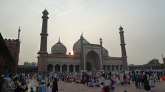 Sunset from Delhi mosque (SmartFireCat) Tags: india indian mosque mezquita masjid menara minaretes tower towers dome domes domos cúpulas sunset puesta sol dusk atardecer anochecer soleil sonne sun sacred ground grounds temple building delhi old antigua people peuple gente menschen leute orang rakyat himmel cielo ciel sky prayer praying rezo rezando public space espacio público sagrado islam muslim musulman islamic