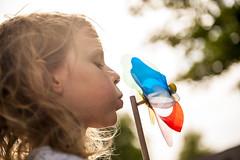 Windmühle (L'Echoppe du Vent) Tags: windmühle kind kindheit sommer sonne farbig farbe spas glück glücklich bunt freizeit freiheit blau rot gelb weis grün wind ferien urlaub drehen windig unbeschwert happy jugendlich halten himmel pusten spielen germany