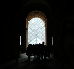 pres de Louvre (deadmanjones) Tags: passagerichelieu louvre louvrepyramid muséedulouvre thelouvre crowd silhouettes 👥