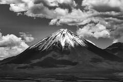 VULCÃO LICANCABUR (EnioCastroMachado) Tags: blackandwhite pretoebranco chile vulcón vulcão atacama deserto sanpedro sky clouds volcano nature travel