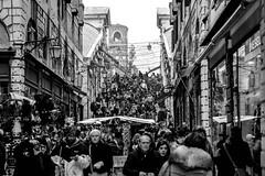 Crossing the Bridge, Ponte di Rialto, Venice (bobbex) Tags: italy italia venezia venice blackandwhite bw crowd people
