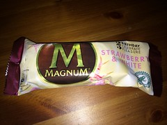 Magnum Strawberry White (Like_the_Grand_Canyon) Tags: ice am cream creme eis langnese stiel