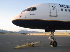 Noble Nose (CanadaQ200) Tags: sunset beautiful vancouver airplane airport fi boeing yvr vancouverairport 757 icelandair krafla yvrairport 757200 752 tffio