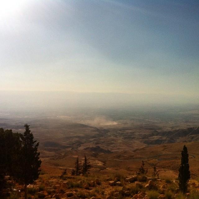 Giordania. A valle, il Mar Morto. In fondo, Israele.