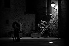 Love in the town square (Joan Ruiz) Tags: bn robat peratallada