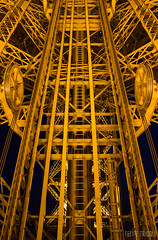 Trilhos Torre Eiffel (felipetricoli) Tags: travel light paris night canon steel elevator frança structure torreeiffel viagem francia elevador parigi aço steelstructure 600d estruturametálica