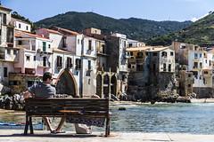 Enjoying the view (Shemsu.Hor) Tags: cefalù playa beach town pueblo villa sicilia verano summer blue azul banco bench pos postal sicily