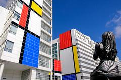 Mondriaan op het stadhuis / Mondrian on the town hall walls (Bram Meijer) Tags: pietmondriaan mondrian denhaag thehague holland nederland netherlands kleuren colors colours blauw blue rood red yellow geel wit white destijl velvia