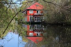 Isebek-Kanal (Elbmaedchen) Tags: hausboot eimsbüttel hamburg kaiserfriedrichufer rot spiegelung frühling isebekkanal