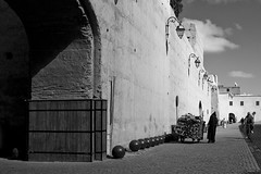Marrakech Febrero 2017 (Marta. B.) Tags: africa architecture arquitectura blancoynegro bw blackandwhite building city ciudad calle digital edificio people medina men fotografa foto lifeinthecity lifestyle traffic gente hombres photoshop photo photographer photography islam vidaciudad morocco marruecos marrakech marrakeck urban urbano street trafico 2017 photografy monocromatic