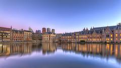 Den Haag - Hofvijver en Binnenhof (Rob Kints (Robk1964)) Tags: denhaag mauritshuis binnenhof hofvijver innercourt nederland night pond reflections thehague thenetherlands