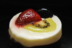 Glaze Joghurt-Törtchen  ***explore 11.04.17 (FrauN.ausD.) Tags: glasur glaze macromonday joghurt törtchen erdbeere weintraube kiwi schokolade strawberry grape chocolate cake biskuit biscuit obst fruit