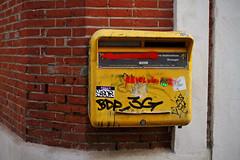 Hello my mane is SIBOR (Steph Blin) Tags: laposte boîteauxlettres france postes courrier lettres enveloppes écrire jaune yellow ptt facteur toulouse ville rose 31 rue street mobilier urbain urban city box mailbox sibor brique angle servicepostal a0n4x3
