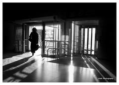 Salida -Exit- (Imati) Tags: estación salida silueta contraluz mujer viajera