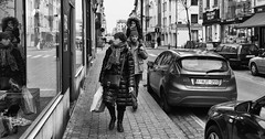 A family walk in Brussels (zilverbat.) Tags: belgie brussel bruxelles streetphotography image bild family people portrait portret blackandwhite monochrome noir negro zwartwit photography canon candid zilverbat belgium winkelstraat shopping visit travel hotel be citylife city town peopleinthestreet street peopleinthecity straatfoto cars europe europa cold winter