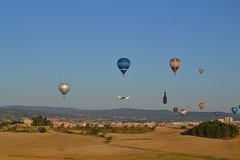 Despegue entre globos (esta_ahi) Tags: barcelona españa joaquim spain balloon globo globus igualada anoia tecnam fotografíaaérea p96 испания europeanballoonfestival golf100 ecfa1