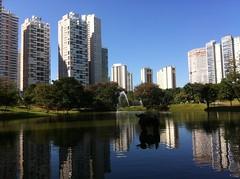 Parque Flamboyant (Pat Carla) Tags: park parque verde sol nature gua lago natureza flamboyant goinia gois iphone