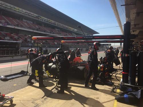 Daniel Ricciardo comes back to the pits