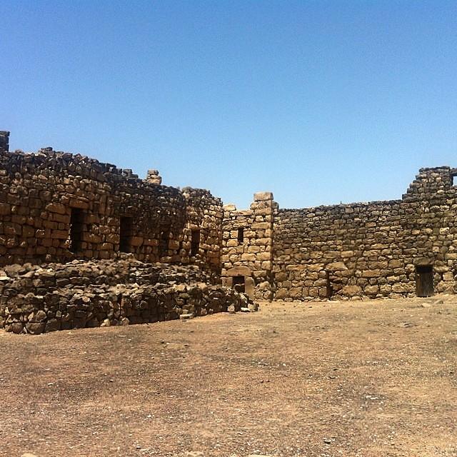 Giordania. Interno del castello Azraq, il Castello nero. Pietra lavica, come a Catania.