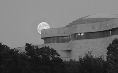 Supermoon Rising (ep_jhu) Tags: light bw moon lines canon dc washington districtofcolumbia unitedstates curves luna 7d nmai curvas museumamericanindian supermoon