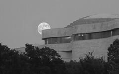 Supermoon Rising (ep_jhu) Tags: light bw moon lines canon dc washington districtofcolumbia unitedstates curves luna 7d nmai curvas museumamericanindian supermoon