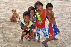 children and dog Philippines (ichauvel) Tags: enfants children kids childhood enfance joie fun rires smiles sourires attitude chien dog plage beach pose corongcorong palawan philippines asie asia asiedusudest southeastasia voyage travel exterieur outside littoral sable sand elnido