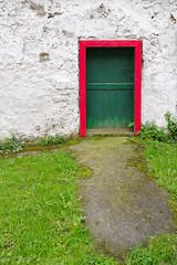 Like a rolling stone (Juan Ig. Llana) Tags: elregato euskadi españa puerta marco rojo hierba yerba verde entrada fachada textura color primavera rural zb