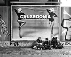 Different worlds (floressas.desesseintes) Tags: berlin berlinmitte brücke bridge werbung reklame advertisement poster strümpfe stockings strumpfhose pantyhose netzstrümpfe fishnets leggings sexy obachlose homelesspeople calzedonia streetfotografie schwarzweis