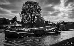Rogny les 7 écluses (touflou) Tags: loiret canal péniche bateau noiretblanc blackandwhite bw écluses