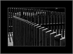 Zäune (Helmut Reichelt) Tags: bw sw zäune zaun licht schatten april frühling münchen zoo tierpark hellabrunn oberbayern bavaria deutschland germany panasonic lumix fz200 captureone10 silverefexpro2