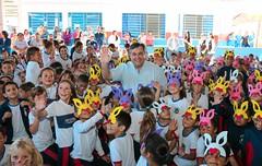 Prefeito Beto Preto festeja no meio das crianças