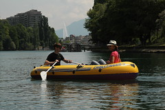 Schlauchboot ( Gummiboot ) auf der Rhône ( Fluss - River ) unterhalb von Genf mit dem Jet d`eau ( Springbrunnen ) im Hintergrund im Kanton Genf - Genève in der Schweiz (chrchr_75) Tags: chriguhurnibluemailch christoph hurni schweiz suisse switzerland svizzera suissa swiss chrchr chrchr75 chrigu chriguhurni hurni140603 juni 2014 albumrhone rhone rhône fluss river wasser water gummiboot gummiboote schlauchboot boot jolle dinghy boat jolla canot ディンギー sloep bote schlauchboote albumschlauchbootegummibooteunterwegsinderschweiz 1406 juni2014 albumrhône albumrhôneflussriver genève genf geneva albumstadtgenf stadtgenf citygeneva villegenève stadt city ville kantongenf
