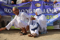 jatoh pak .. (laviosa) Tags: family candid haram mecca umroh 2014 mekkah jabalrahmah masjidil masjidilharam jabaltsur arminareka pullmangrandzamzam