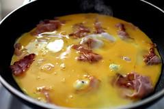 Omelett (kadluba) Tags: food reflection fry essen smoke egg bubbles ham pan spiegelung omelette ei rauch frying eggyolk schin