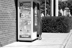 Abducción fotográfica/Photographic abduction (Joe Lomas) Tags: street leica urban blackandwhite bw españa byn blancoynegro calle spain candid bn m8 reality streetphoto urbano fotomaton urbanphoto realidad callejero robado realphoto fotourbana fotoenlacalle fotoreal photostakenwithaleica leicaphoto