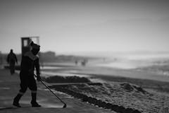 neverendingstory (       gamma       ) Tags: beach sand cleaning black white noire blanche sweap wischen san schwarz weiss strand meer sea