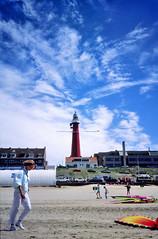 Scheveningen, strand met vuurtoren, Nederland 1987 (wally nelemans) Tags: scheveningen strand beach vuurtoren lighthouse nederland holland thenetherlands 1987
