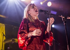 "Austra - Sala Apolo, abril 2017 - 5 - M63C1714 • <a style=""font-size:0.8em;"" href=""http://www.flickr.com/photos/10290099@N07/33992334865/"" target=""_blank"">View on Flickr</a>"