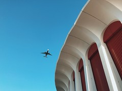 flight path at the forum 2. (howard-f) Tags: iphone iphoneography iphone7 iphone7plus vsco vscocam vscogrid vscogood vscofilter la losangeles socal urban egglestoninspired walkby minimal inglewood theforum forum lakers planes planespotting up landing touchdown flightpath planespotter