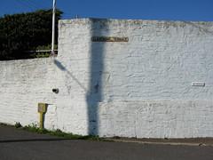 2008-09-13-0072.jpg (Fotorob) Tags: lichtschaduw straatmeubilair voorwerpenoppleinened muur straatnaamborden informatiepaneel straightfacade erfscheiding cornwall engeland england porthleven