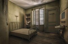 Chambre tout confort... (ElfeMarie) Tags: hôtel hotel abandonné abandoned lost forgotten decay derelict oublié fenetre window lit bed creepy chambre past urbex